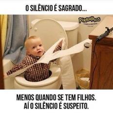 Suspeito nada, pode ir atrás que ele está aprontando algo. ???????????? . . #silencio #sagrado #suspeito #filho #filha #bebe #crianças #familia #pai #