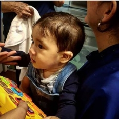 #repost @tcfborges ??? Cortando cabelo na Tia Bia (@pirralhoscabeleireiros ), igual a mamãe qnd criança.  E já é a 3° vez! Adora! ????????