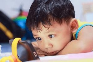 Transtorno de dependência de tela é real e pode danificar o cérebro do seu filho